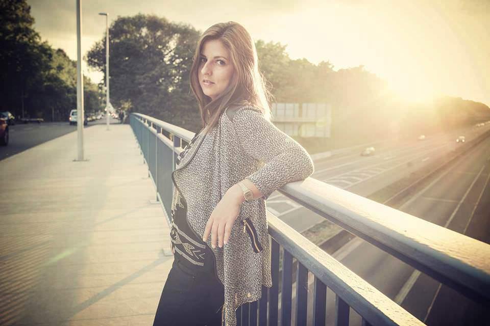 Sarah steht auf einer Brücke
